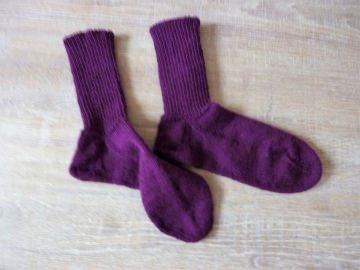 Socken ~ Strümpfe handgestrickt aus Schurwolle in violett kaufen ~ Kuschelsocken ~ warme Füße - Handarbeit kaufen