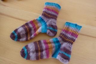 Kindersocken handgestrickt aus Schurwolle und bunt geringelt kaufen ~ Söckchen ~ Kuschelsöckchen ~ warme Füße - Handarbeit kaufen