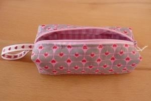 Schminktäschchen bzw. Stifterolle/ Mäppchen ~ Etui, genäht aus Baumwollstoffen in rosa kaufen mit Herzen - Handarbeit kaufen