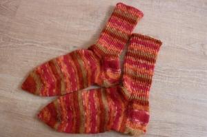 Socken handgestrickt aus Schurwolle in rot geringelt kaufen~ Strümpfe ~ Kuschelsocken ~ warme Füße ! - Handarbeit kaufen