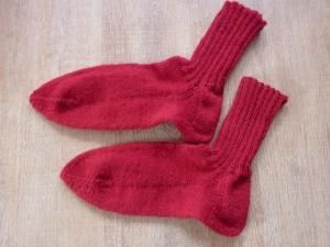 Socken handgestrickt aus Schurwolle in rot kaufen ~ Strümpfe ~ Kuschelsocken für warme Füße   - Handarbeit kaufen