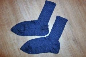 Handgestrickte Socken aus 6-fädiger Schurwolle in rauchblau und Größe XXL kaufen - Handarbeit kaufen