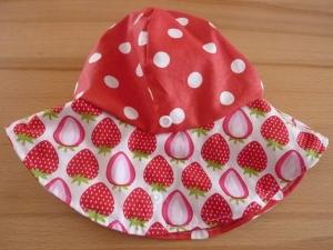 Sonnenhut aus Baumwollstoffen mit Erdbeeren genäht in rot-weiß kaufen  - Handarbeit kaufen