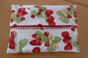 Taschentücher Tasche genäht aus Baumwollstoffen mit Erdbeeren kaufen * TaTüTa* Kosmetiktäschchen ~ griffbereite Taschentücher  - Handarbeit kaufen