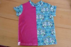 Kindershirt aus Baumwolljersey genäht in blau und magenta mit Tigern kaufen - Handarbeit kaufen