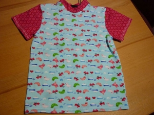 Kindershirt aus Baumwolljersey genäht in blau und rot mit Vögeln und Schmetterlinge kaufen