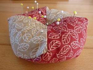 Gr. Nadelkissen aus Baumwollstoffen in beige - braun mit Blättermotiven  genäht kaufen ~~~Geschenk~~~