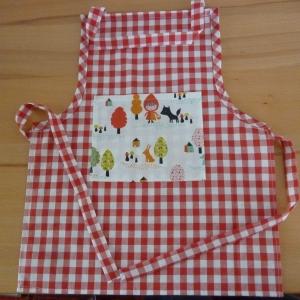 Kinderschürze aus Baumwollstoffen in rot - weiß kariert genäht mit Rotkäppchen  kaufen ~ Backschürze ~ Kochschürze ~ Kaufladen ~