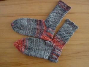 Socken handgestrickt aus Schurwolle in grau - rot kaufen ~ Strümpfe ~ Kuschelsocken ~ warme Füße ! ~Glamourgarn! - Handarbeit kaufen