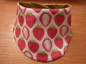 Wendehalstuch aus Baumwollstoffen mit Erdbeeren und Pünktchen in rot und grün genäht kaufen ~*~ mit Druckknöpfen ~   - Handarbeit kaufen