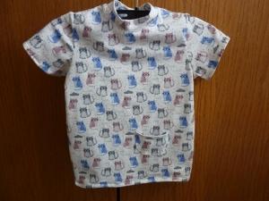 Kindershirt aus Baumwolljersey genäht in weiß, mit kleinen bunten Katzen in blau, grau und altrosa kaufen   - Handarbeit kaufen