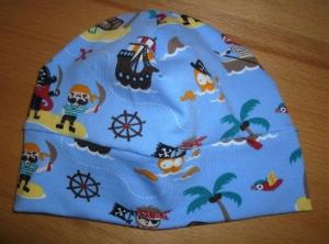 Kinderbeanie mit Piraten und Sternen aus Baumwolljerseystoff mit Elasthan in Blau und kunterbunt genäht kaufen   - Handarbeit kaufen