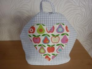 Teekannenwärmer aus Baumwollstoffen genäht mit Karo und Äpfeln und Birnen in hellblau - weiß und bunt kaufen ~Haube~ - Handarbeit kaufen