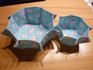 Zwei Körbe zu Ostern als Nest geeignet, aus Baumwollstoff genäht und in den Farben hellblau und weiß und rosé ~~~ Osternester  - Handarbeit kaufen