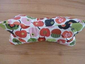 Leseknochen/ Nackenkissen mit Retroäpfeln und Blümchen in rot und grün aus Baumwollstoffen genäht kaufen. - Handarbeit kaufen