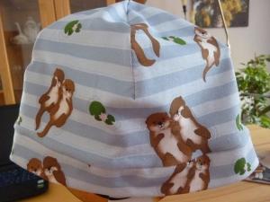 Kinderbeanie mit Ottern im Wasservaus Baumwolljerseystoff mit Elasthan in blau/braun genäht kaufen   - Handarbeit kaufen