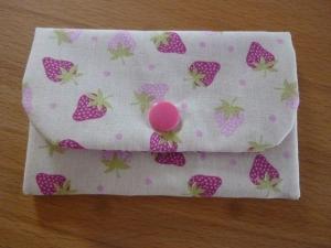 Täschchen bzw. kleines Portemonnaie aus Baumwollstoff mit kleinen Erdbeeren genäht kaufen     - Handarbeit kaufen