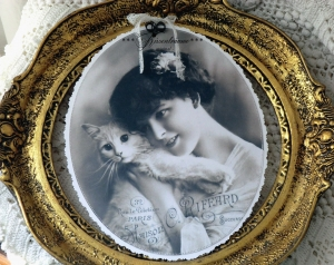 Großes, romantisches Dekoschild im Shabby / Vintage Stil und Drahtaufhängung in zarten Grautönen