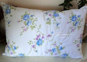 Großer Kissenbezug / Quiltkissen in zartem Blautönen, aus englischen Baumwollstoff. Wunderschön auf der Gartenbank