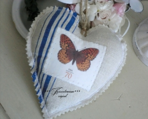 Feines Stoffherz aus altem Leinen, tollen blauen Streifen & feiner Schmetterling Applikation.