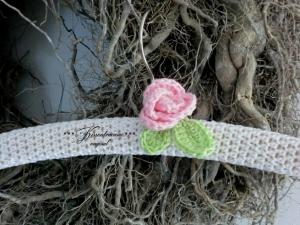 Schöner , umhäkelter Shabby Kleiderbügel in weiß mit kleiner Häkelrose in rosa.