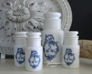 4 romantische Vintage Vorratsdosen aus Opalinglas mit blauen Ornament.