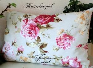 Kissenbezug mit herrlichen Rosenmuster, wunderschön auf der Gartenbank.