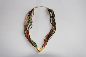Halskette aus Seidenschnüre