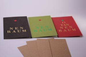 geprägte Weihnachtspostkarten,  3 Doppelkarten mit hellen Innenseiten und mit braunem Umschlag. Recyclingmaterial.