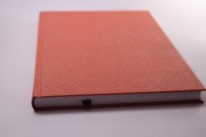 handgebundenes Schreibbuch mit glattem Einband