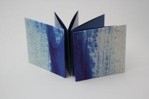 handgebundenes Leporello mit unikatem Spachtelpapier bezogen