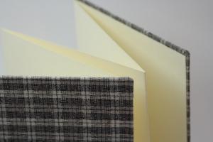 handgebundenes Leporello mit grauem Karo-Stoffbezug