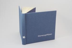 handeingebundenes Schreibbuch mit blauem Mattleinen-Einband