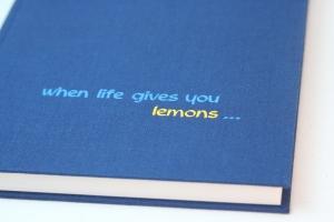 handeingebundenes Schreibbuch in blauem Mattleinen-Einband mit zweifarbiger Titelprägung
