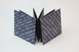 handgebundenes Leporello mit blauem Marmor-Dekopapier bezogen, Unikat , schwarze Inhaltsseiten