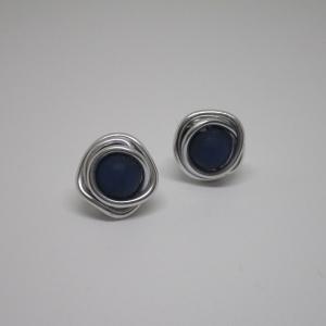 Gekringelte Ohrstecker mit blauer Perle aus Aluminiumdraht