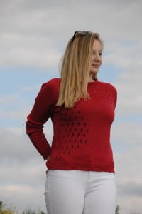 Zarter Pullover in Farbe rot mit Lochmuster aus feine Schurwolle, Größe 38-40