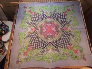 Seidentuch mit grünen Blättern, einem Schachbrettartigem Muster und roten Blüten - Handarbeit kaufen
