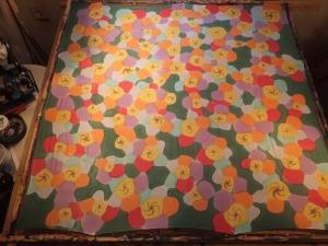 Seidentuch mit bunten abstrakten Blumen und grünem Hintergrund - Handarbeit kaufen