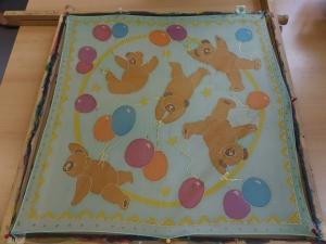 Seidentuch mit  kleinen Luftballon spielenden Bären - Handarbeit kaufen