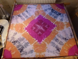 Seidentuch mit einem beige und pinkfarbenen Muster im Batiklook  - Handarbeit kaufen