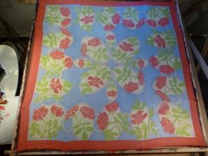Seidentuch mit roten Blumen auf hellblauem Hintergrund - Handarbeit kaufen