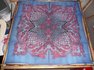 Seidentuch mit roten Ornamenten, einem Schachbrettartigem Muster in Rot Schwarz und roten Blüten - Handarbeit kaufen