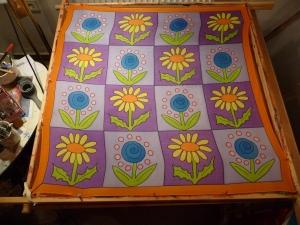 Seidentuch mit Blumen in Lilafarbigen Vierecken - Handarbeit kaufen