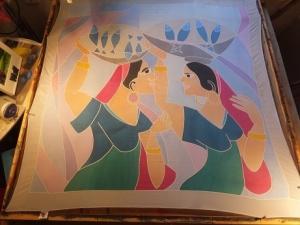 Seidentuch zwei Frauen die eine Schale mit Fischen auf dem Kopf tragen - Handarbeit kaufen