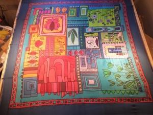 Seidentuch mit einem rot/orange/blau/grünen Muster aus verschiedenen Motiven - Handarbeit kaufen