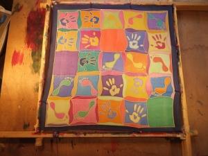 Seidentuch mit vielen bunten Hand und Fussabdrücken - Handarbeit kaufen