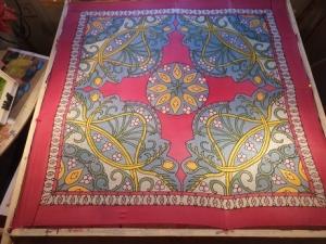 Seidentuch mit einem Muster aus Blumen und Ornamenten - Handarbeit kaufen