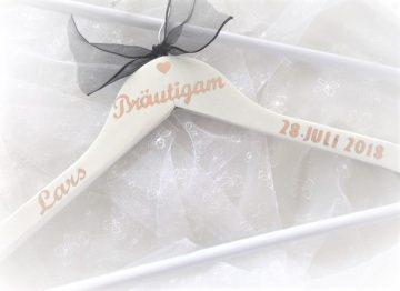 Kleiderbügel ♥ Bräutigam ♥  Hochzeit ♥ individualisiert♥ roségold ♥ Holz ♥ weiß ♥ Brautkleid
