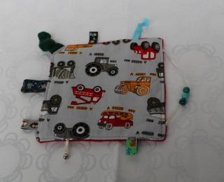 Knistertuch, Fühltuch - Baustellenfahrzeuge auf grau, rot